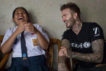 Посол доброй воли ЮНИСЕФ Дэвид Бекхэм познакомился с индонезийской девочкой, которая борется против травли детей в школе