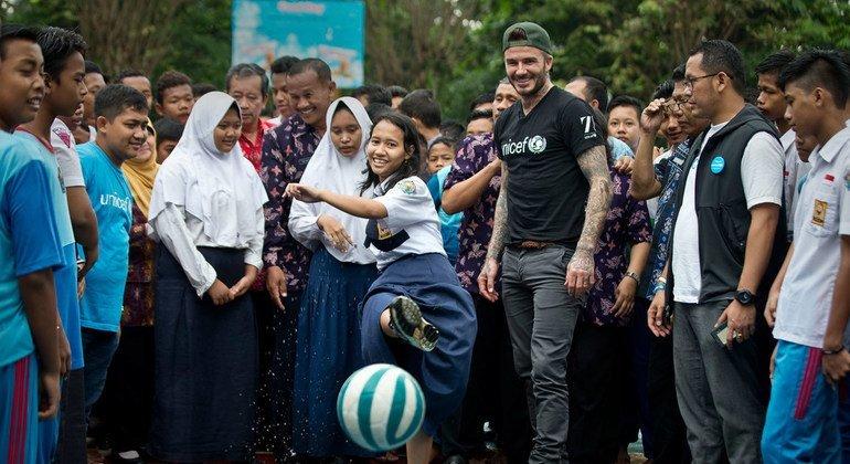 Дэвид Бекхэм сыграл в футбол с индонезийскими школьниками