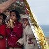 Tres niñas refugiadas se resguardan bajo una manta de emergencia tras llegar a las costas de Lesbos, en Grecia.