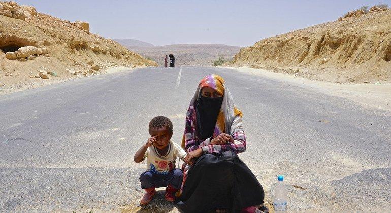 Souad, 18 ans, demande de l'assistance au milieu d'une route au Yémen, entre la capitale Sana'a et Saada.