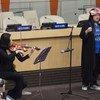 患有自闭症的哈特女士在联合国总部纪念世界提高自闭症意识日的活动上表演(资料照片)。