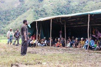 Des personnes touchées par le tremblement de terre en Papouasie-Nouvelle-Guinée se réfugient sous une tente. Dans l'ensemble du pays, plus de 270.000 personnes restent tributaires de l'aide humanitaire suite au séisme et à ses conséquences dévastatrices.