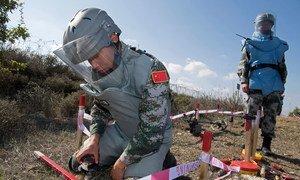 2017年11月10日,联合国维和部队的中国排雷人员在黎巴嫩南部的蓝线附近执行任务。