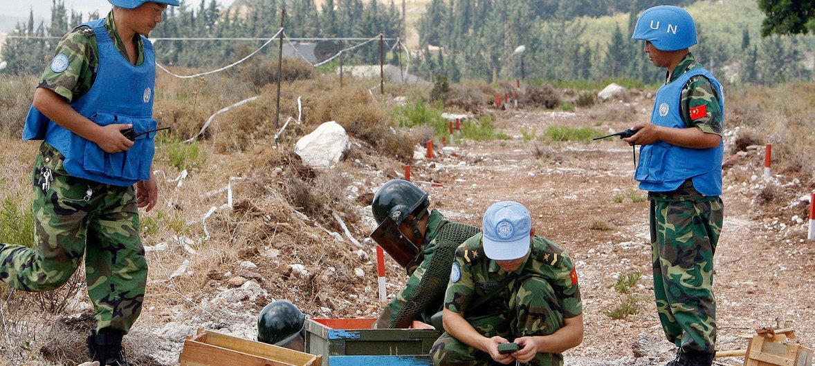 كتيبة صينية تابعة لبعثة اليونيفيل تشارك في إزالة الألغام من بلدة حينيه في لبنان