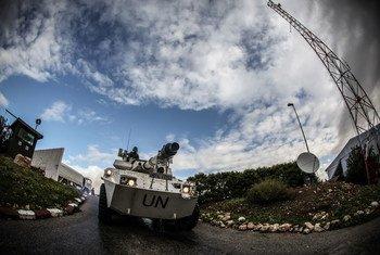 Des Casques bleus italiens affectés à la Force intérimaire des Nations Unies au Liban (FINUL) patrouillent dans la « Ligne bleue » délimitant la frontière entre le Liban et Israël.