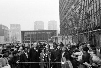 د. مارتن لوثر كينغ يتحدث للصحفيين أمام مقرّ الأمم المتحدة في نيويورك، عام 1967.