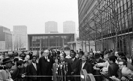 Martin Luther King fala à imprensa na sede das Nações Unidas, em Nova York, 1967.