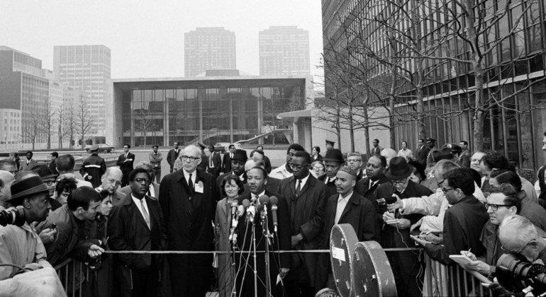 Martin Luther King Jr. habla a la prensa fuera de la sede de la ONU en Nueva York, 1967.
