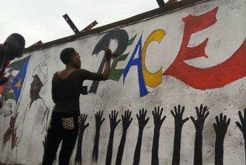 一名妇女在南苏丹绘制祈愿和平的壁画。2013年以来,南苏丹的冲突已导致数千平民在有针对性的袭击中丧生,妇女遭到强奸,房屋和生计被毁。