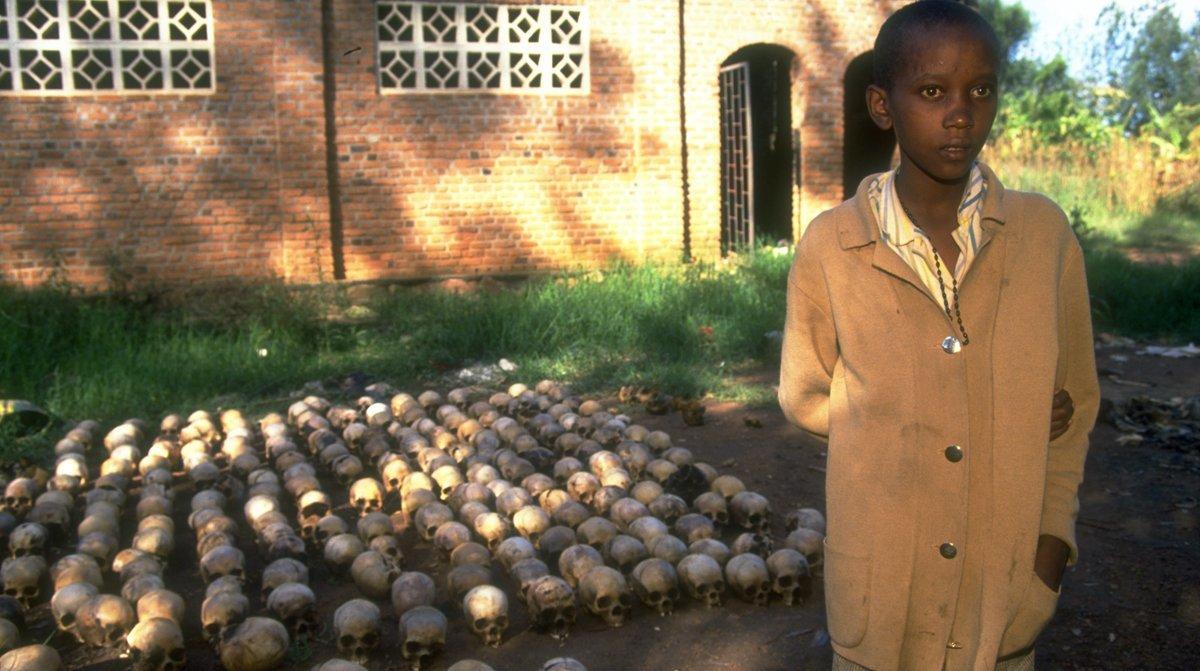 Un adolescent rwandais âgé de 14 ans de la ville de Nyamata, photographié en juin 1994, a survécu au génocide.