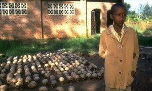14-летнему мальчику удалось  спастись от массового убийства в Руанде, прячась под трупами в течение 2 дней. 1994 год.