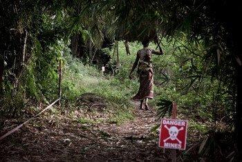 De la sensibilisation à l'assistance aux victimes et au déminage, les femmes en République démocratique du Congo jouent un rôle clé dans l'action contre les mines. Elles sont toutefois parmi les premières victimes de ces engins néfastes.