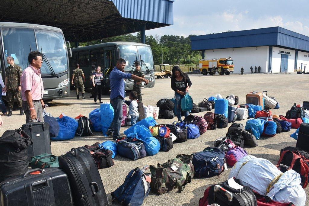 委内瑞拉难民抵达圣保罗后提取行李。