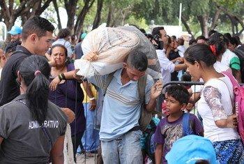 Venezuelanos abrigados em praça em Boa Vista são realocados para abrigos com ajuda do Acnur