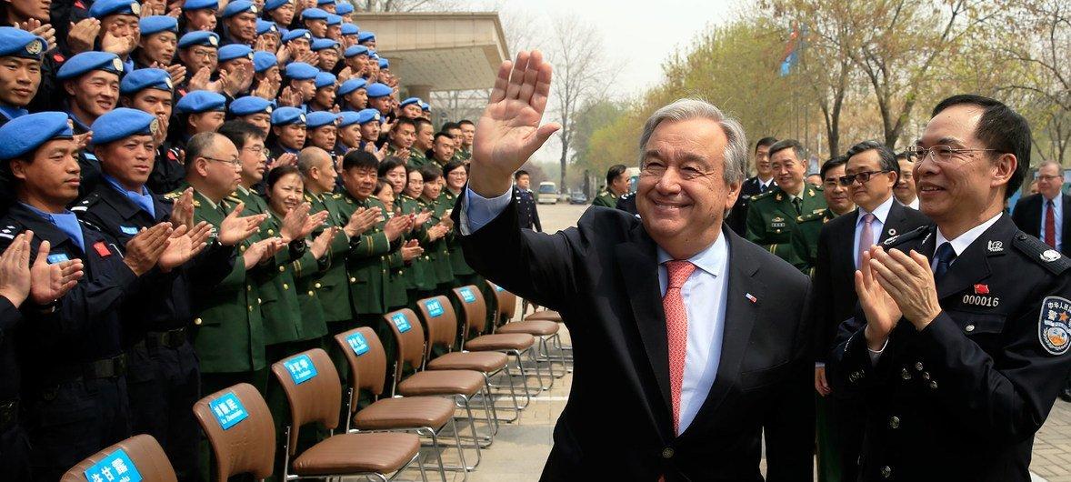 联合国秘书长古特雷斯参观位于河北省廊坊市的中国维和警察培训中心,并检阅维和警察部队。