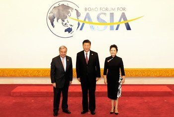"""联合国秘书长古特雷斯出席博鳌亚洲论坛,与中国国家主席习近平与夫人彭丽媛合影,称赞中国提出的""""一带一路""""倡议,以及中国在可持续发展及应对气候变化方面所做的努力。"""