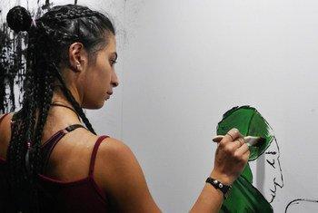 """Lana, uma refugiada síria, é uma das participantes do programa """"Pinta bien, Pinta San Luis"""", na Argentina."""