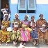 Des femmes et leurs nouveau-nés attendent de voir des médecins dans un hôpital du nord-est de la Côte d'Ivoire.