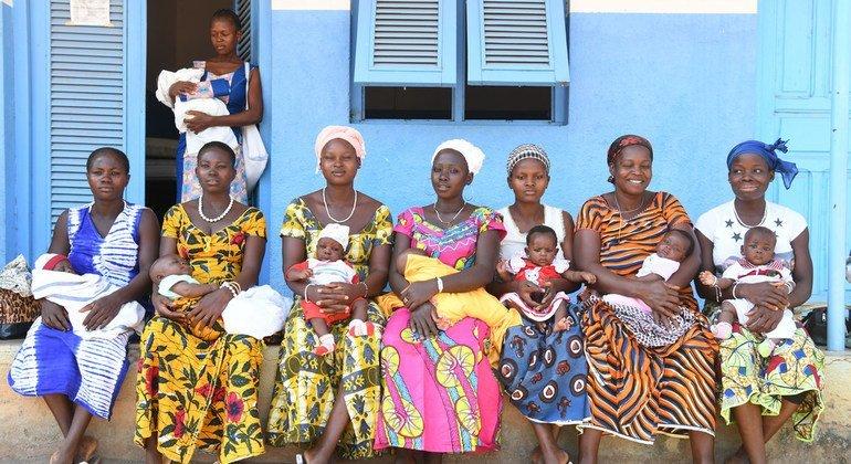 Una serie de mujeres esperan para vacunar a sus hijos en un hospital local en el noreste de Côte d'Ivoire.