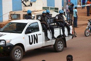 حفظة السلام في بعثة الأمم المتحدة المتكاملة متعددة الأبعاد لتحقيق الاستقرار في جمهورية أفريقيا الوسطى (مينوسكا) يقومون بدوريات في مدينة بانغي في عام 2017.