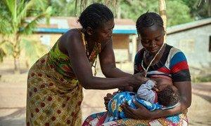 Zainab Kamara akisaidia na mama yake mzazi kumnyonyesha mtoto wake mwenye umri wa miaka 3 kwenye kijiji cha Karineh huko Magbema wilaya ya Kambia nchini Sierra Leone.