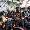 乘坐的船只在利比亚海岸倾覆后,被意大利海岸警卫队救起的难民。联合国难民署指出,许多难民在利比亚落入人口贩运分子之手,或是在前往欧洲寻求庇护的途中葬身大海,急需法律途径保障难民安全。