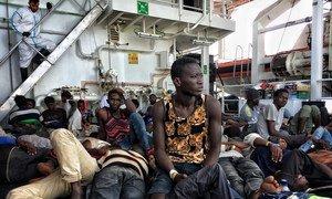 Des migrants et des réfugiés à bord d'un navire des garde-côtes italiens après que leur bateau a chaviré au large de la Libye (archives).