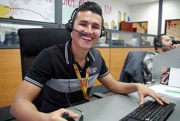 Diego trabaja para DHL y quiere seguir estudiando para avanzar en la empresa. Hace cinco años, su vida era muy diferente. Se saltaba la escuela a menudo y bebía hasta la madrugada.