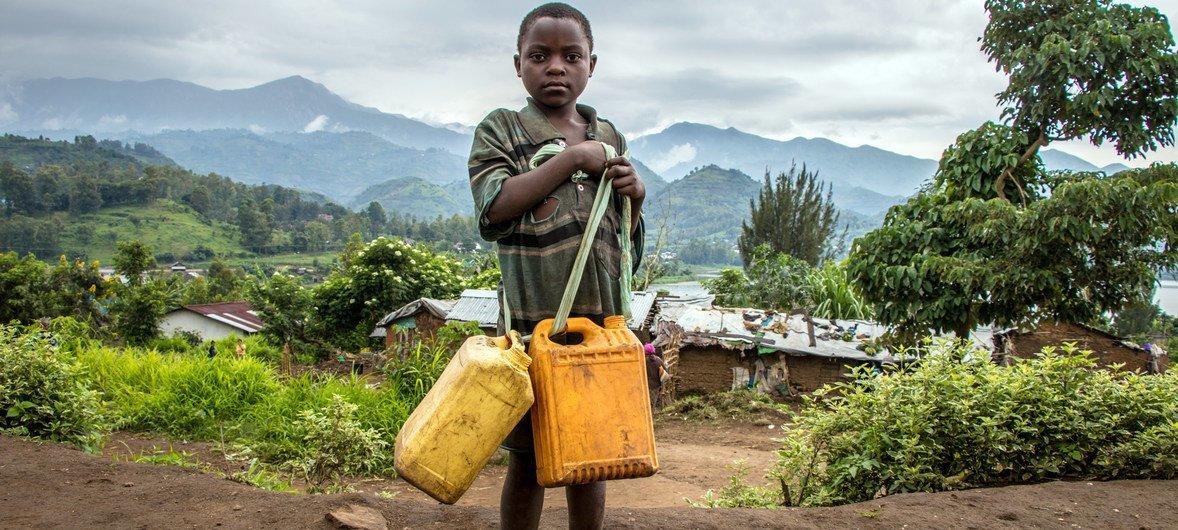 Мальчик идёт за водой в поселении для внутренних беженцев в Южном Киву (ДРК)