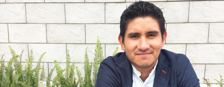 Omar estudia periodismo y trabaja en un canal de televisión en Ecuador. Sabe los restos a los que se enfrentan los chicos que crecen en centros de menores y con familias de acogida
