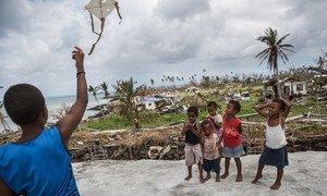 斐济南部塔韦乌尼岛的儿童正在放风筝。2016年,这一地区遭到超强气旋温斯顿的严重破坏。