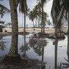 Criança anda de bicicleta, um Pequeno Estado Insular em Desenvolvimento que foi atingido por um furacão em 2019
