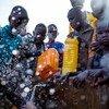 Des enfants de familles déplacées collectent de l'eau à Maiduguri, dans l'État de Borno, dans le nord-est du Nigéria. Près de 10.000 femmes, hommes et enfants ont été forcés de quitter la ville de Jakana. (archive)