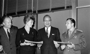 Mwanaume na mwanamke wa kwanza kwenda anga za juu. Yuri Gagarin (kulia) na Valentina Tereshkova ( wa pili kushoto) watembelea makao