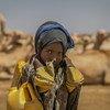 En Éthiopie, une enfant de neuf ans ramène à la maison des bidons remplis d'eau, après être allé la puiser à quatre kilomètres de chez lui.