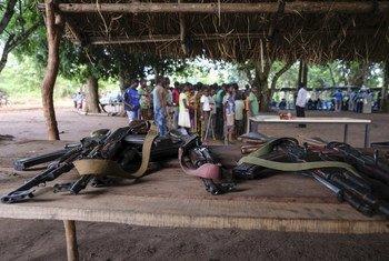 南苏丹与武装团体有关联的儿童兵放下手中的武器。