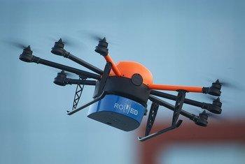 Le drone ROMEO, plane dans le ciel pour aider à contrer les maladies portées par des insectes et ainsi sauver des vies.