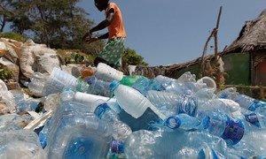 Les habitants de Watamu, au Kenya, travaillent avec l'organisation Local Ocean Conservation pour ramasser le plastique sur la plage.