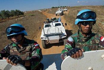 Des Casques bleus indonésiens et français patrouillent ensemble dans le sud du Liban.
