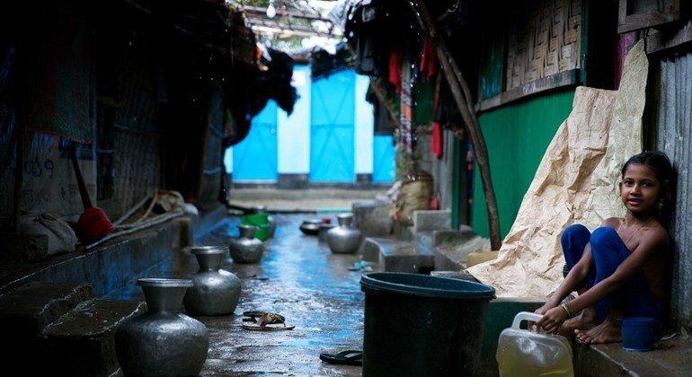 Las lluvias han comenzado a caer en los campamentos rohingyas en Cox's Bazaar. Las familias intentan mantener secos sus refugios recogiendo el agua en cubos.