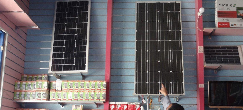 Tienda de paneles solares en Yemen.