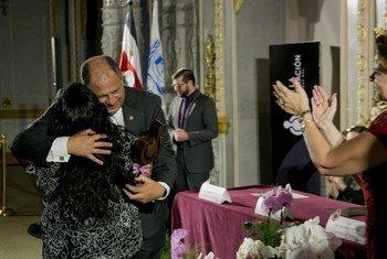 El presidente de Costa Rica, Luis Guillermo Solís, abraza a la refugiada salvadoreña Karla Torres durante la entrega del Sello Vivir la Integración