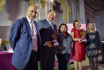 (El Representante de ACNUR en Costa Rica, Carlos Maldonado, el Presidente de la República, Luis Guillermo Solís, la refugiada Karla Torres y la vicepresidente Ana Helena Chacón.