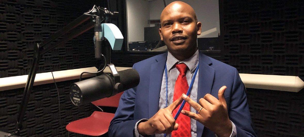 Dkt. Elifuraha Laltaika, mtaalamu wa jukwaa la kudumu la watu wa asili la Umoja wa Mataifa akihojiwa na Idhaa ya Kiswahili