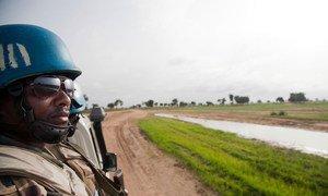 Mlinda amani kutoa Ethipia Tesfaye Asehe, moja ya walinda amani wa UNAMID  Darfur mwaka 2012