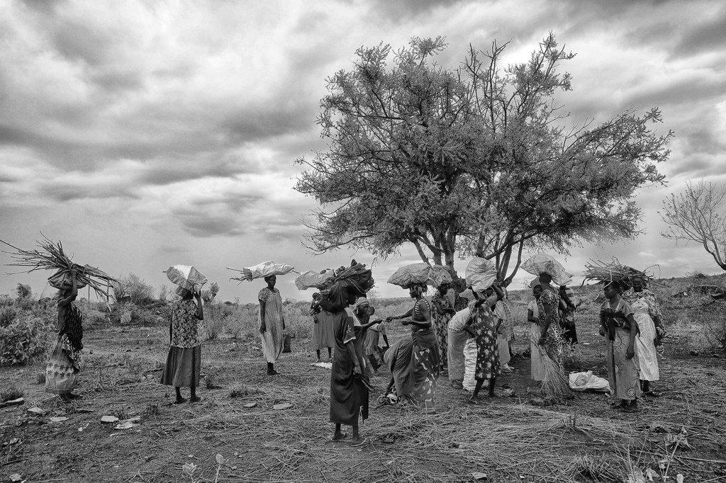 Personal de la paz de la UNMISS proporciona protección para mujeres cuando ellas salen, de zonas de protección de civiles, para recolectar leña y otros materiales.