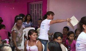 Ежедневно десятки тысячи венесуэльцев пересекают границу с Колумбией.