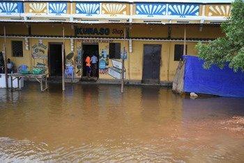 Tiendas sumergidas por las lluvias en el barrio Hawa-taako en la ciudad de Belet Weyne, una de las más afectadas por las inundaciones.