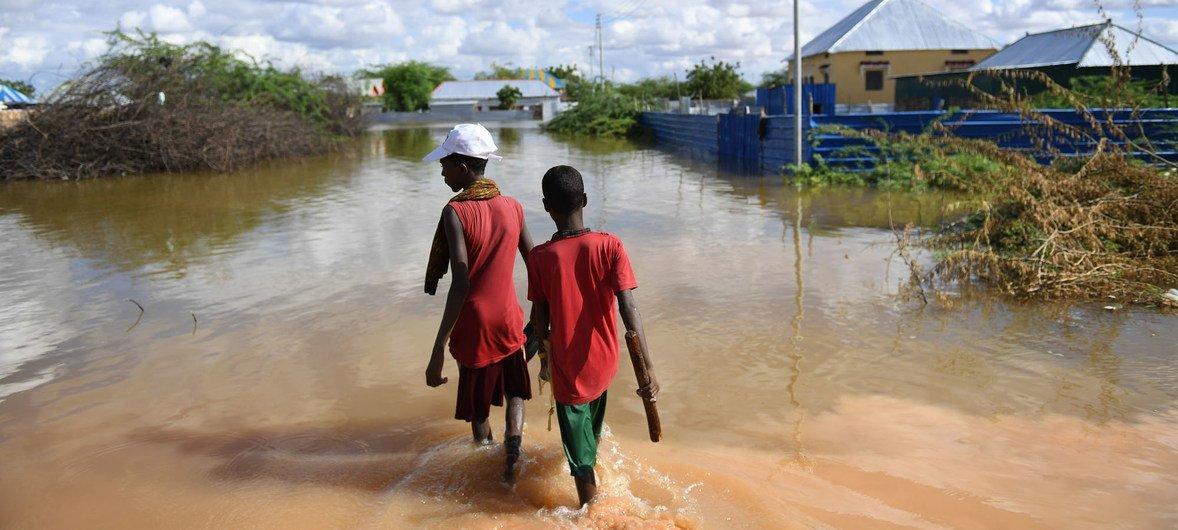 Dos niños caminan sobre una zona residencial en la ciudad somalí de Belet Weyne, tras unas inundaciones que desplazaron a unas 150.000 personas.