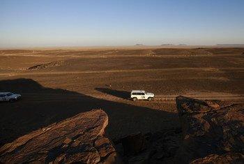 Un véhicule de la MINURSO patrouille dans la zone de Samara dans le cadre de la surveillance du cessez-le-feu au Sahara occidental.